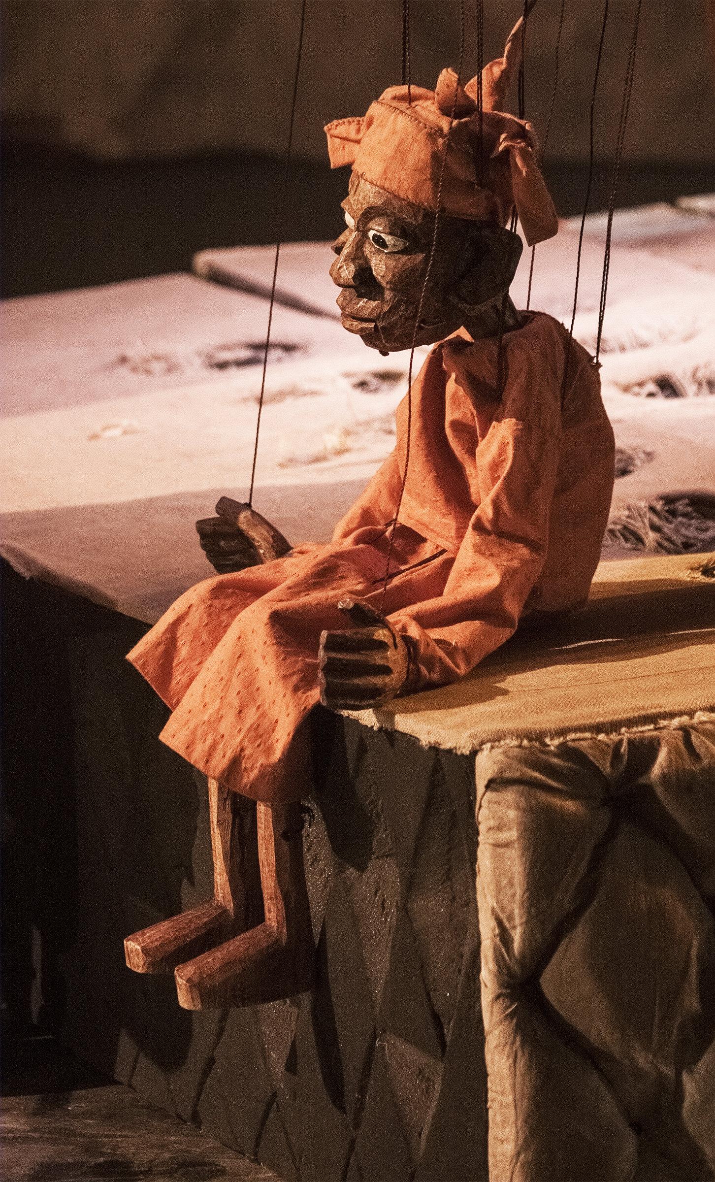 Une marionnette traditionelle avec fils créée par le marionnettiste Yaya Coulibaly.