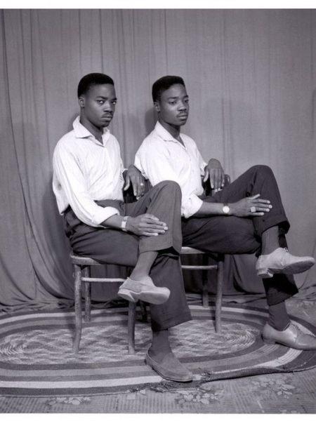 """Doubles portraits d'Afrique de l'Ouest, ou """"Images de jumeaux"""": Abdourahmane Sakaly. Deux hommes qui posent comme s'ils étaient jumeaux, 1985"""