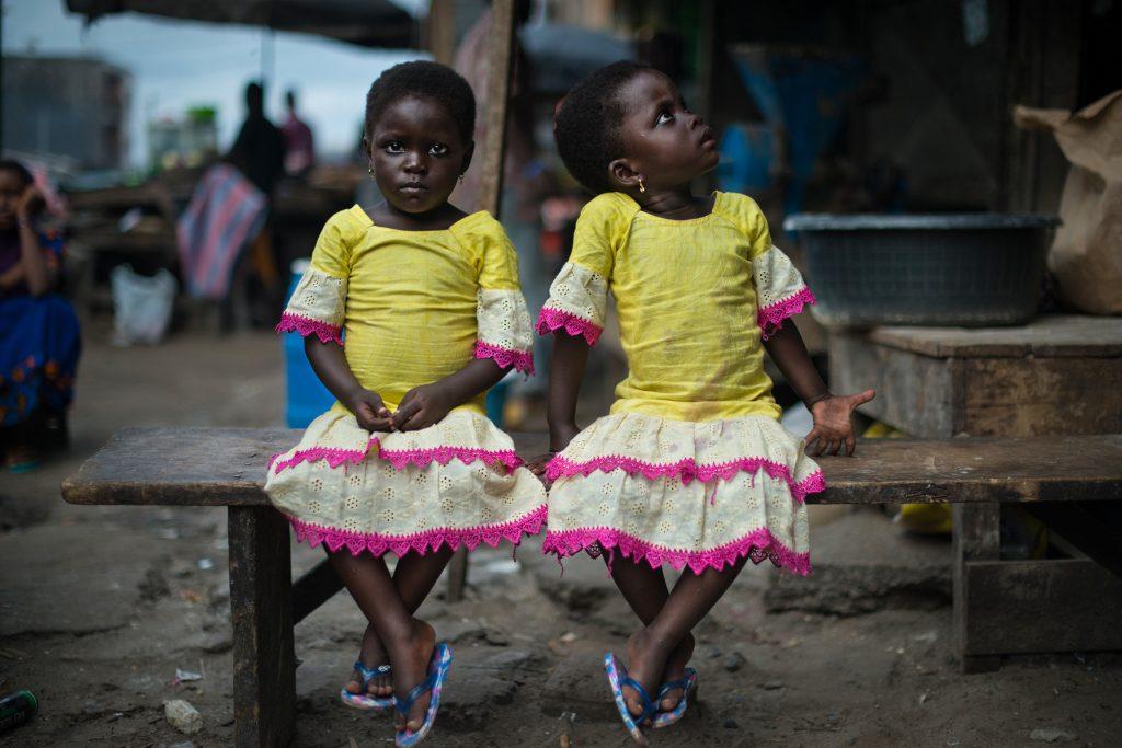 """Série primée: """"Les jumeaux de Koumassi"""". Photographie de deux jumelles de trois ans."""