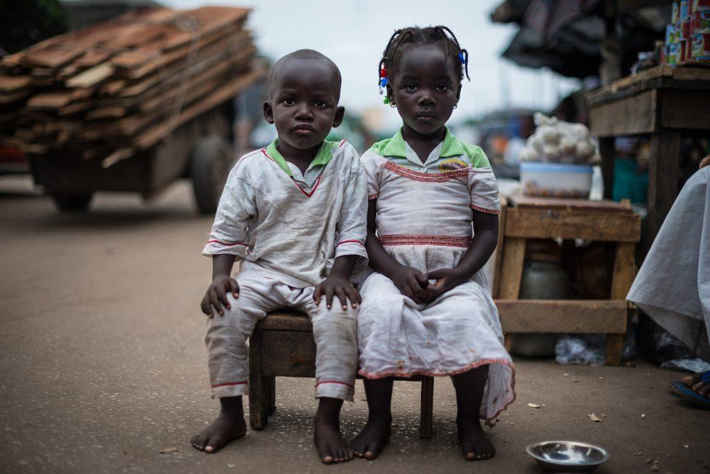 """Série primée: """"Les jumeaux de Koumassi"""". Photographie de deux jumeaux de quatre ans, un garçon et une fille."""