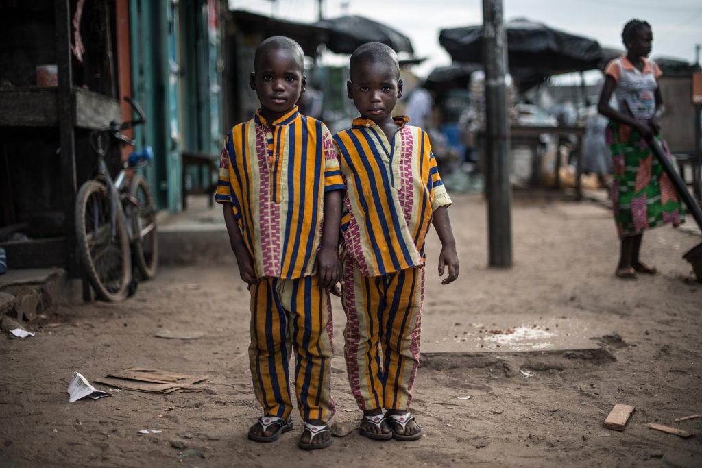 """Série primée: """"Les jumeaux de Koumassi"""". Photographie de deux jumeaux de cinq ans."""