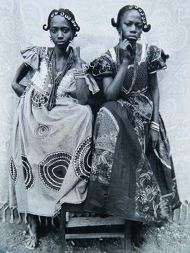 """Doubles portraits d'Afrique de l'Ouest, ou """"Images de jumeaux"""": Seydou Keïta. Deux filles qui posent comme se elles étaient jumelles, 1985"""