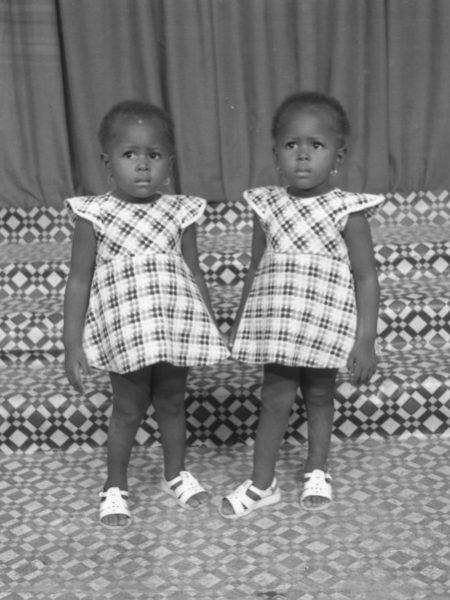 """Doubles portraits d'Afrique de l'Ouest, ou """"Images de jumeaux"""": Norom Japhet. Jumelles, 1985"""