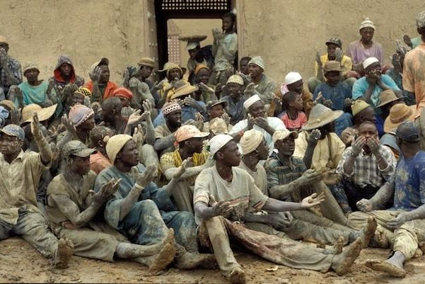 Annual plastering of the Great Mosque of Djenné in Mali. Photography of the masons giving thanks after having re-plastered the mosque.