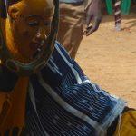 Photographie d'un danseur portant le masque Zaouli en Côte d'Ivoire.
