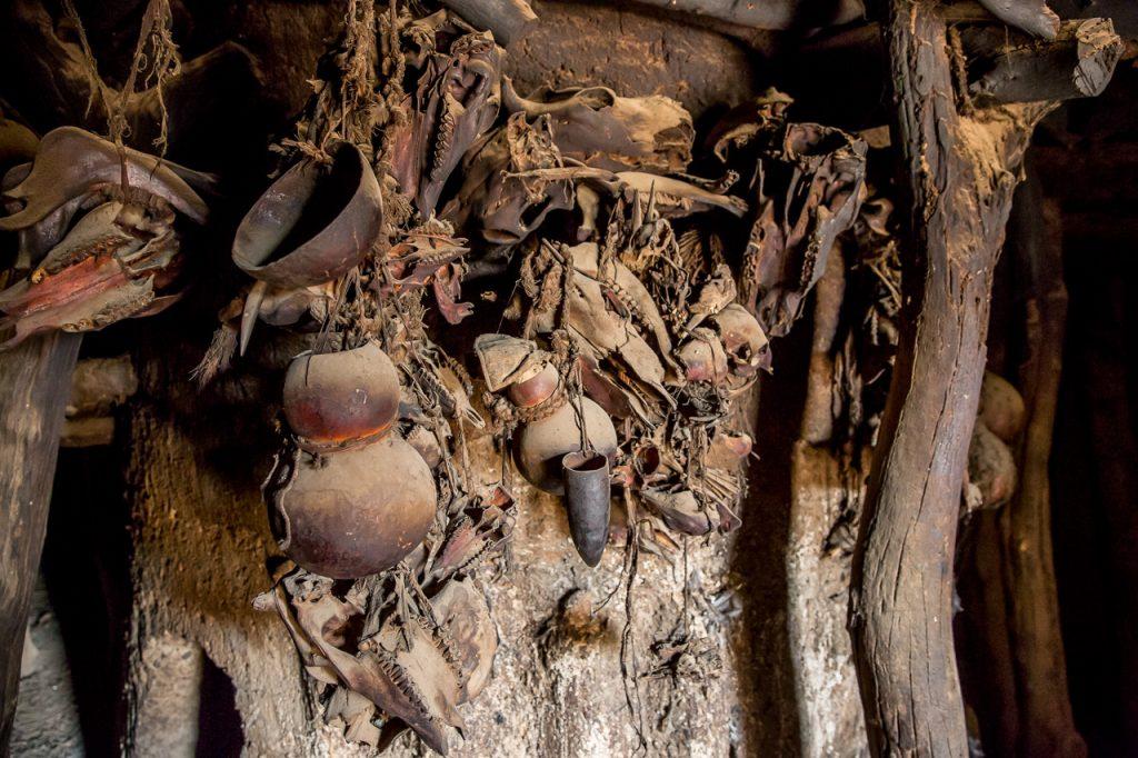 Photographie de calebasses de toutes formes et tailles, accrochées au mur d'une maison Batammariba.