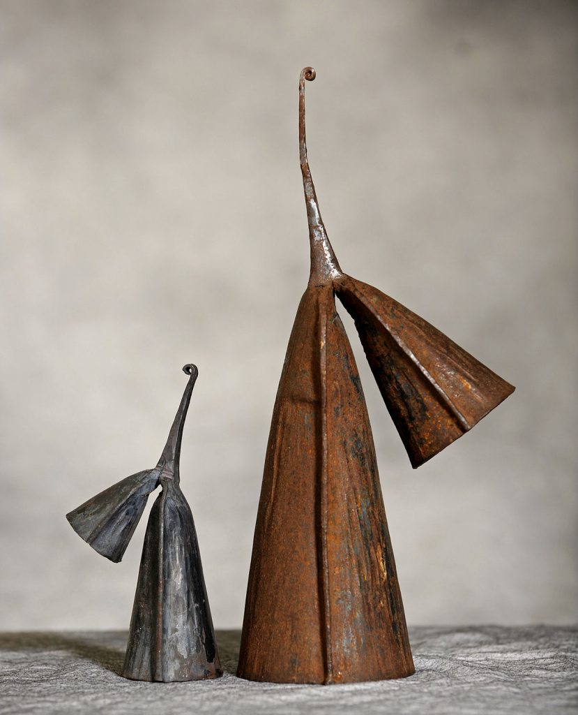 Photographie de deux cloches Gankogui du peuple éwé, forgées de fer.