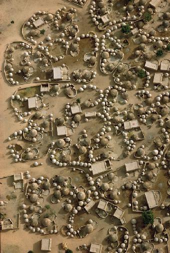 Photographie aérienne du village de Labbenzanga au Mali qui montre la géométrie fractale de l'architecture ouest-africaine.