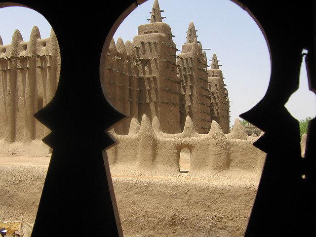 Photographie de la Grande Mosquée de Djenné, un bel exemple de l'architecture ouest-africaine et sahélienne.